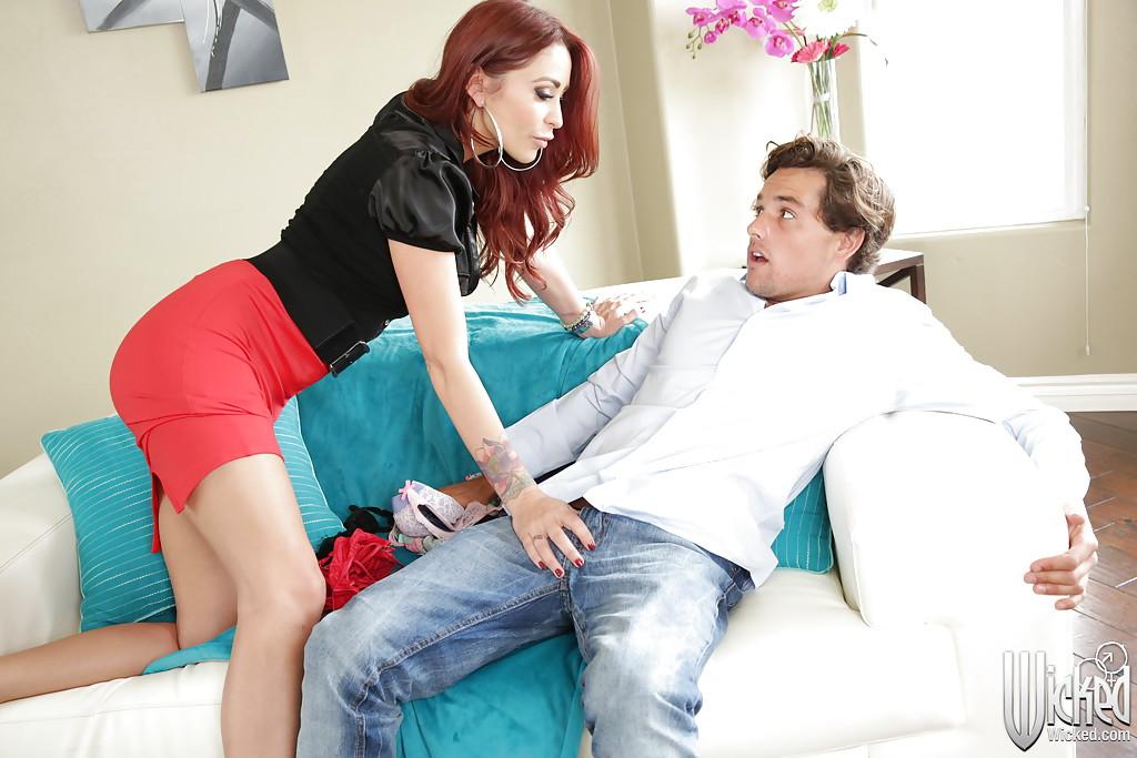 Рыжеволосая милфа любит сперму молодых парней 2 фото