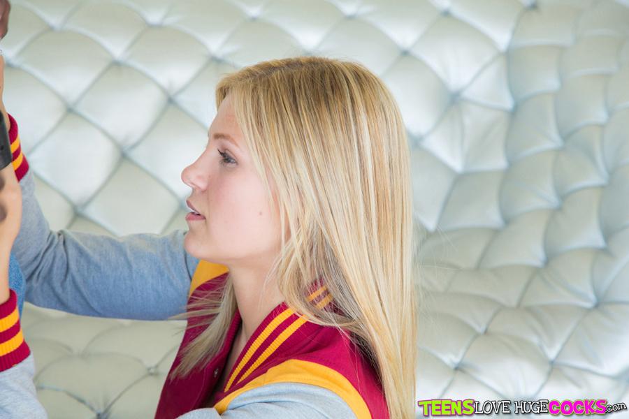 Большой член негра кончает в рот молодой блондинке 1 фото