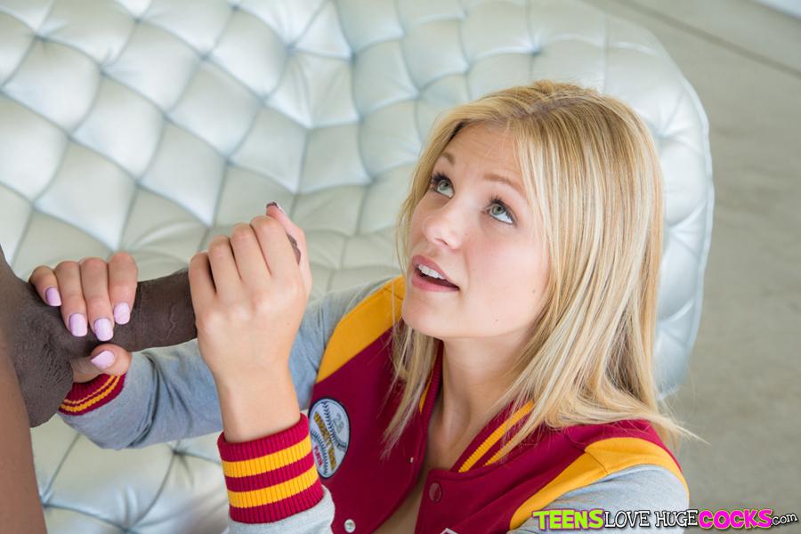 Большой член негра кончает в рот молодой блондинке 14 фото