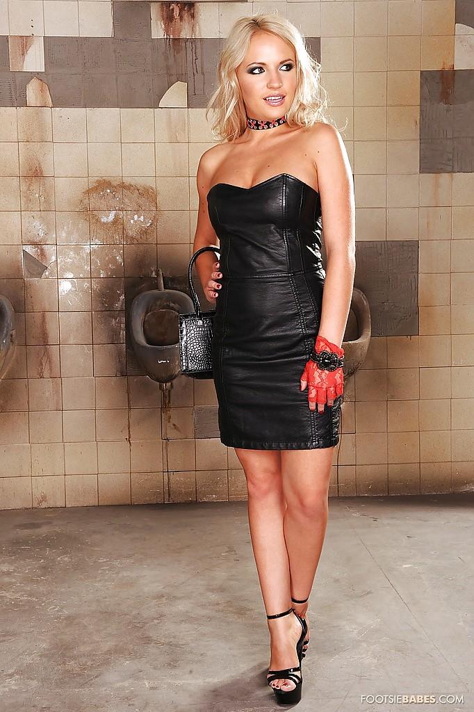 Гламурная блондинка подрочила ножками член незнакомца в грязном туалете 1 фото