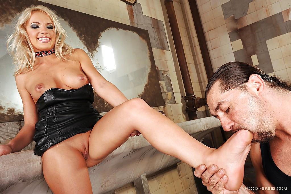 Гламурная блондинка подрочила ножками член незнакомца в грязном туалете 7 фото