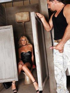 Гламурная блондинка подрочила ножками член незнакомца в грязном туалете