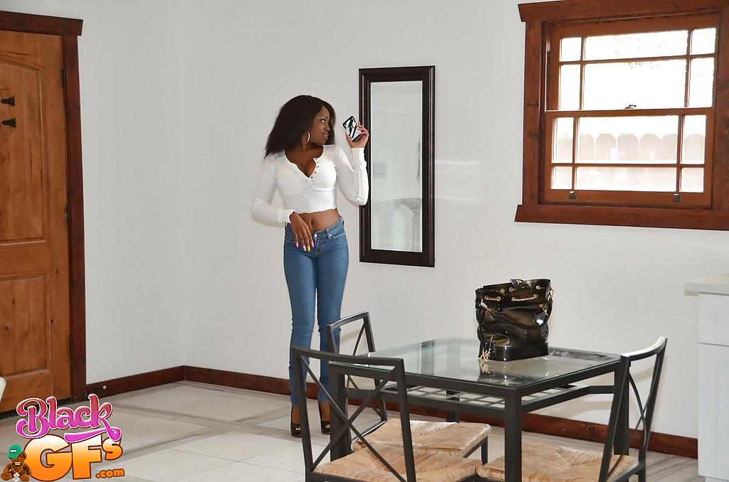 Чернокожая крошка снимает джинсы и показывает прелести 1 фото