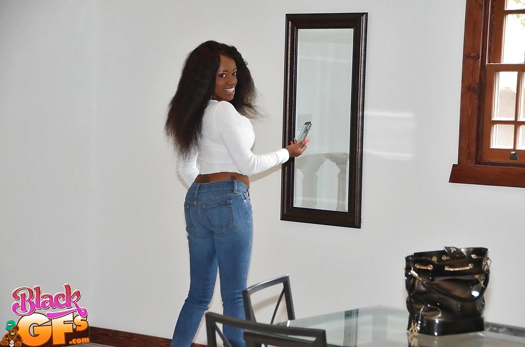 Чернокожая крошка снимает джинсы и показывает прелести 2 фото
