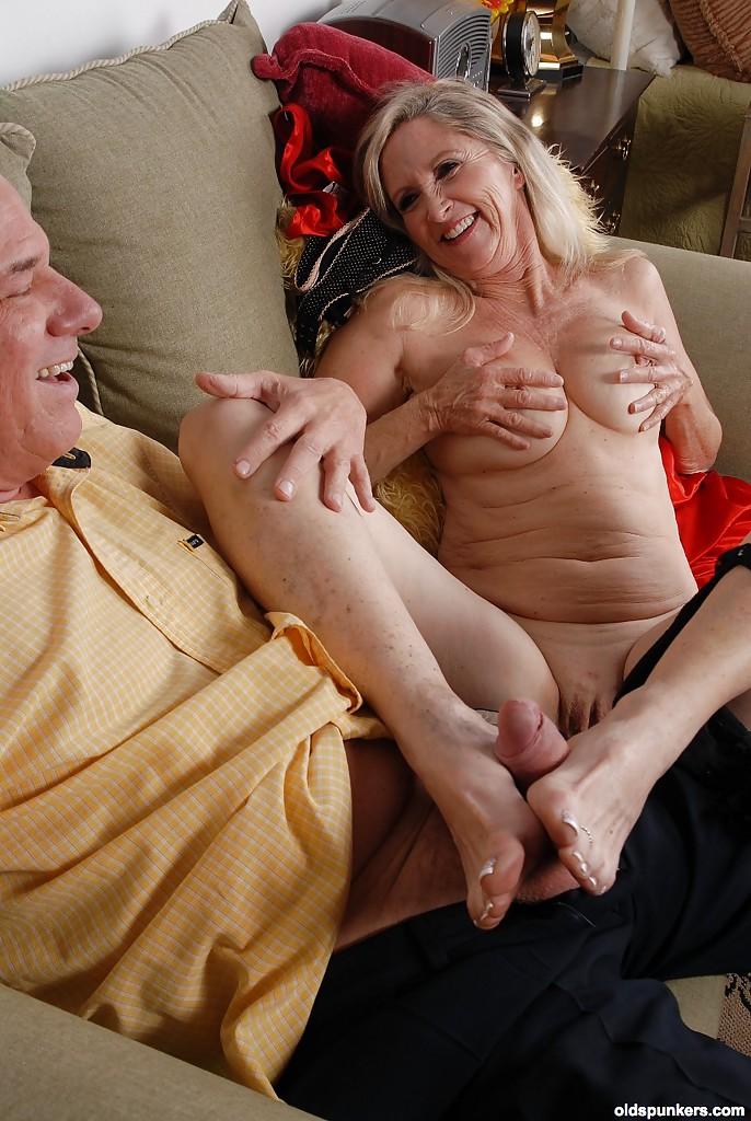 Лысый дедок пришел к бабуле выпить и потрахаться 7 фото