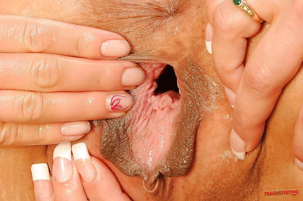 Лесбиянка довела подругу до оргазма глубоким фистингом 15 фото