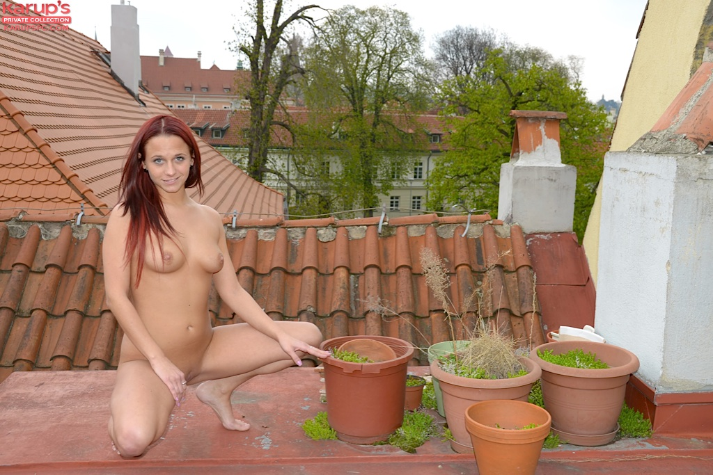 Девка с красными волосами позирует голая на крыше 4 фото