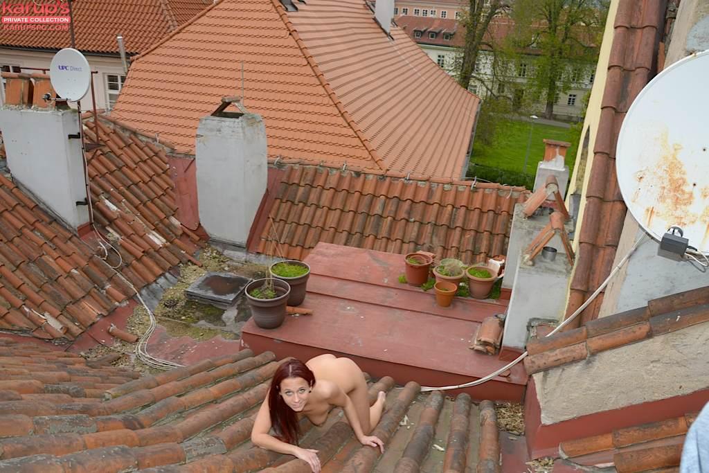 Девка с красными волосами позирует голая на крыше 5 фото