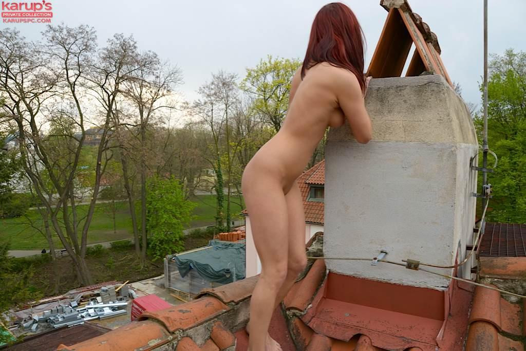 Девка с красными волосами позирует голая на крыше 9 фото