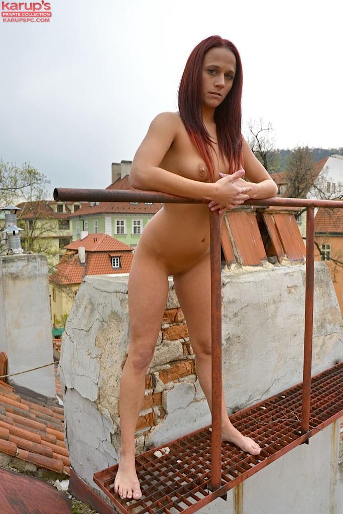 Девка с красными волосами позирует голая на крыше 15 фото
