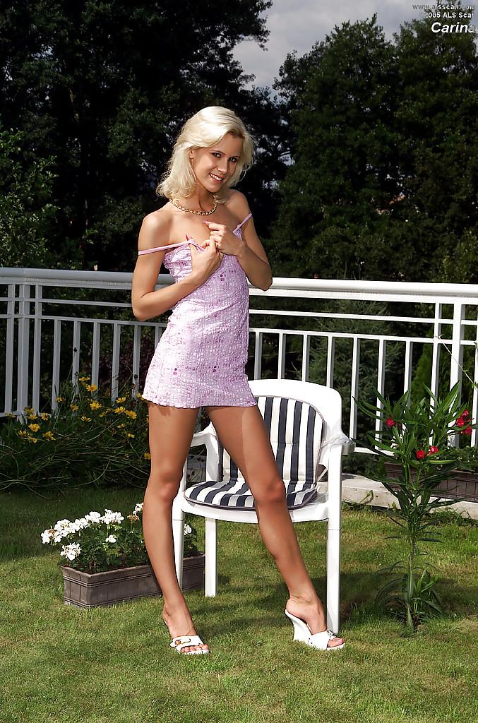Худая блондинка с 1 размером сисек загорает во дворе голышом 2 фото