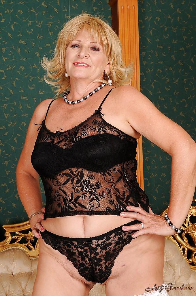 Пожилая блондинка устроила стриптиз в чулках 6 фото