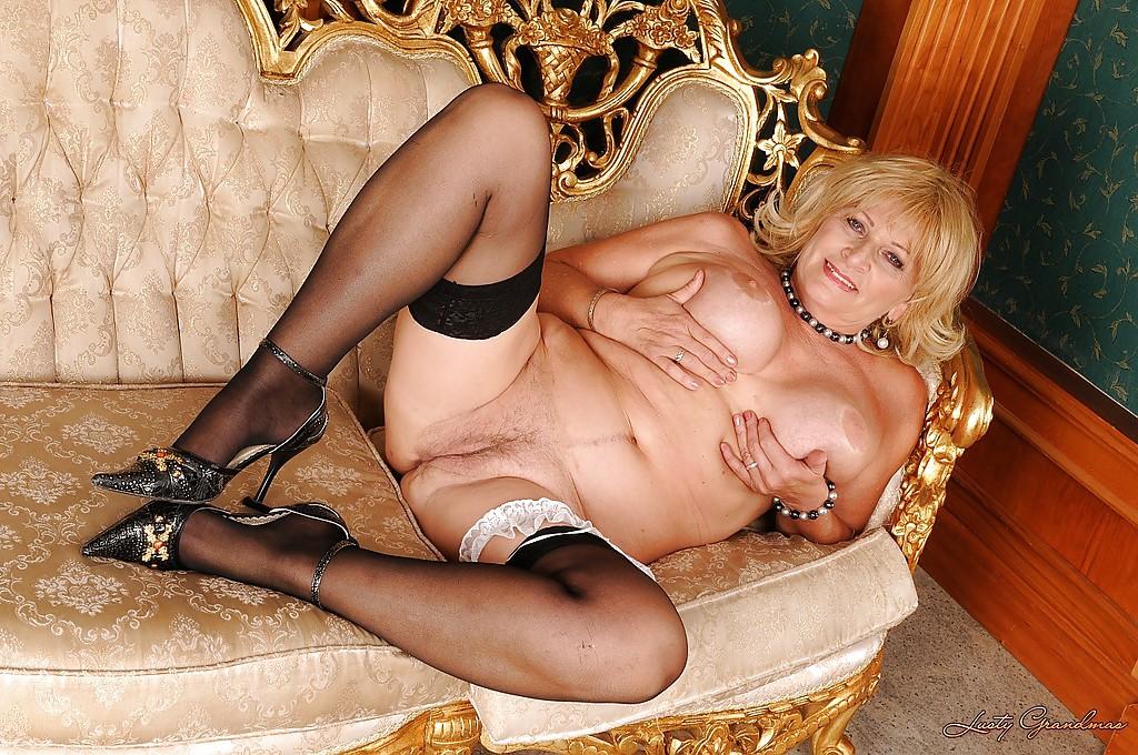 Пожилая блондинка устроила стриптиз в чулках 15 фото
