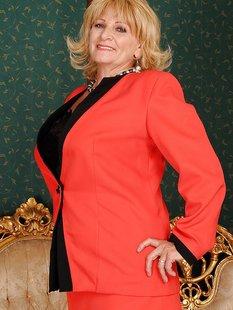 Пожилая блондинка устроила стриптиз в чулках