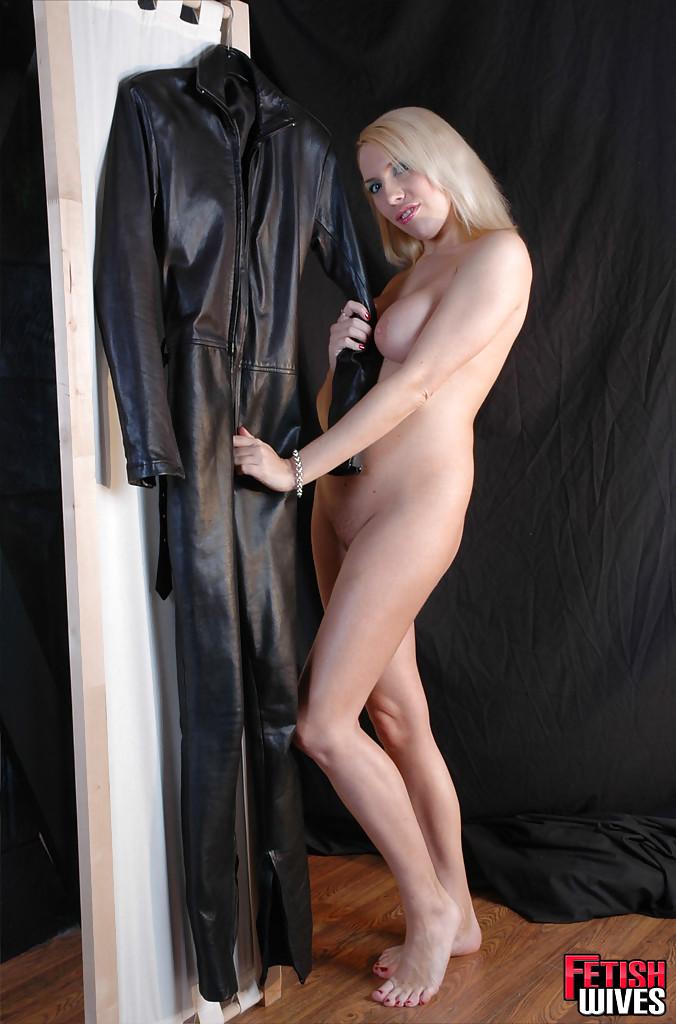 Сисястая блонда одевается в кожаный костюм 2 фото