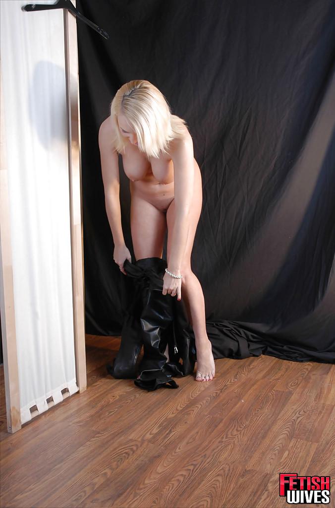 Сисястая блонда одевается в кожаный костюм 6 фото