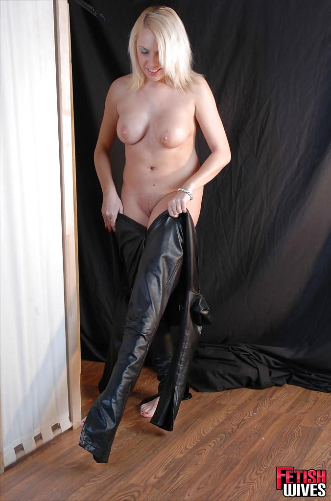 Сисястая блонда одевается в кожаный костюм 7 фото