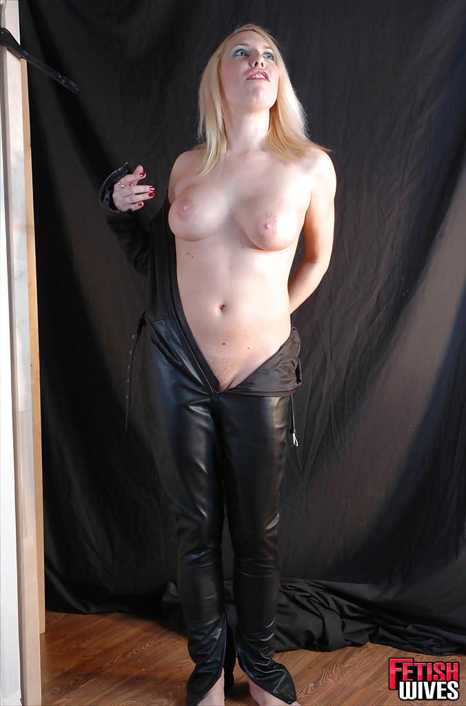 Сисястая блонда одевается в кожаный костюм 8 фото