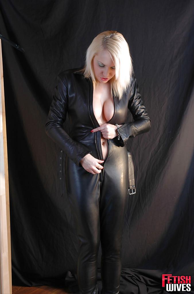 Сисястая блонда одевается в кожаный костюм 9 фото