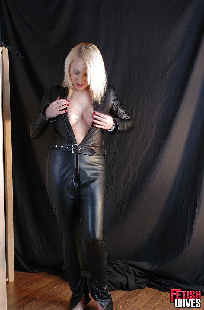 Сисястая блонда одевается в кожаный костюм 10 фото