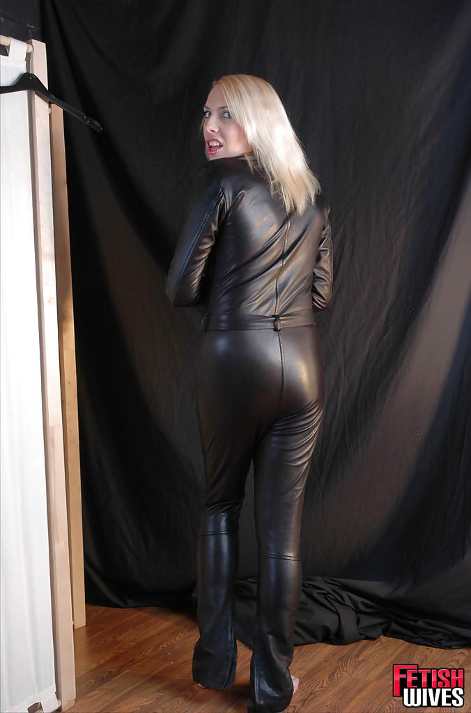 Сисястая блонда одевается в кожаный костюм 11 фото