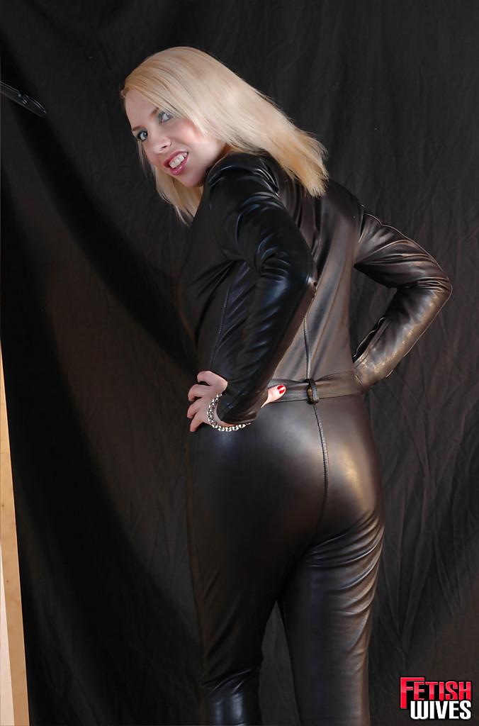 Сисястая блонда одевается в кожаный костюм 12 фото
