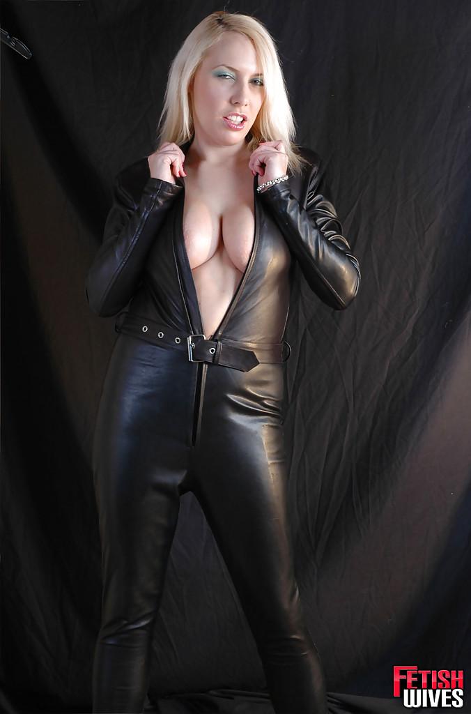 Сисястая блонда одевается в кожаный костюм 13 фото