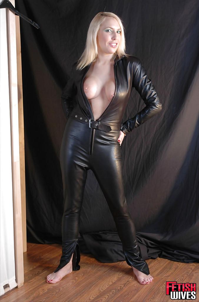 Сисястая блонда одевается в кожаный костюм 15 фото