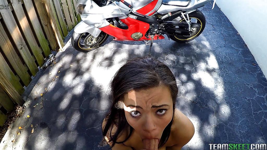 После минета, байкер отодрал Эдриан Мэй на мотоцикле в киску 3 фото