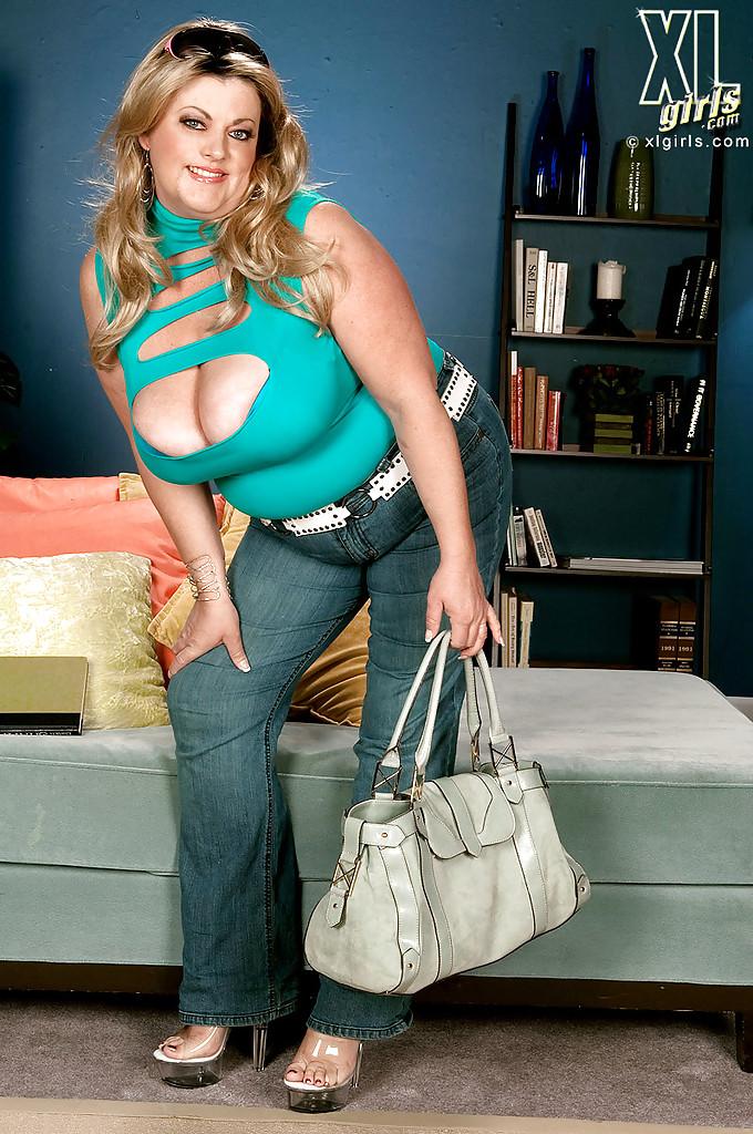 Толстая Brianna Falcone достала оголила висячие сиськи на сером диване 1 фото