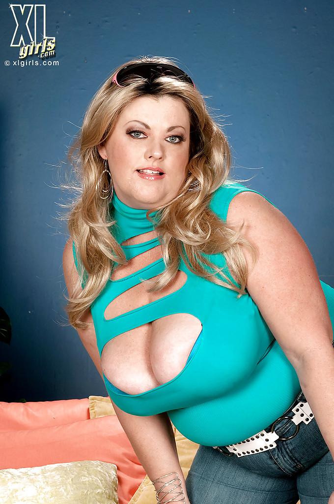 Толстая Brianna Falcone достала оголила висячие сиськи на сером диване 2 фото