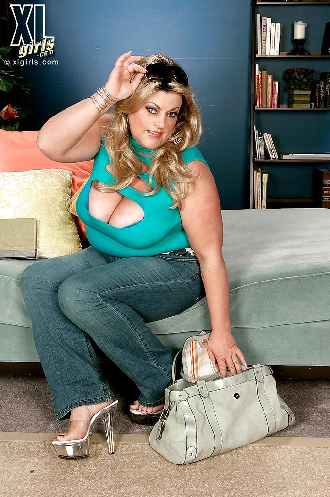 Толстая Brianna Falcone достала оголила висячие сиськи на сером диване 3 фото