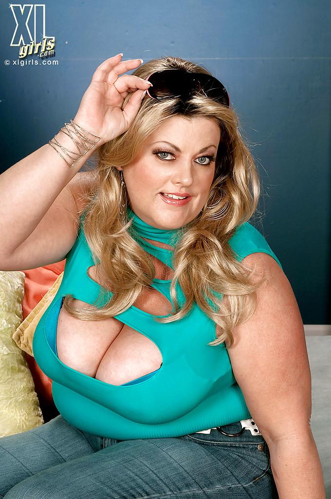 Толстая Brianna Falcone достала оголила висячие сиськи на сером диване 4 фото
