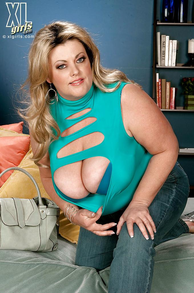 Толстая Brianna Falcone достала оголила висячие сиськи на сером диване 6 фото