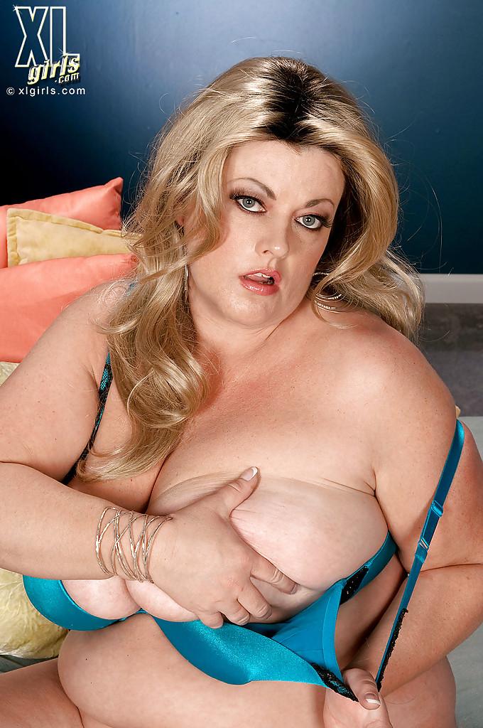 Толстая Brianna Falcone достала оголила висячие сиськи на сером диване 13 фото