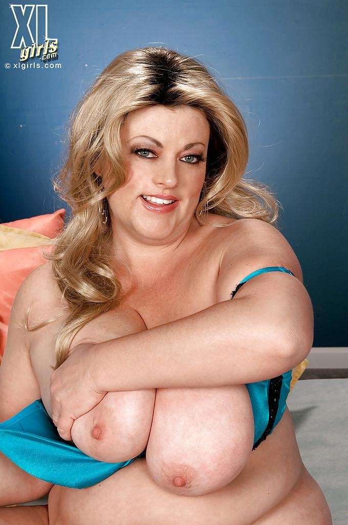 Толстая Brianna Falcone достала оголила висячие сиськи на сером диване 15 фото