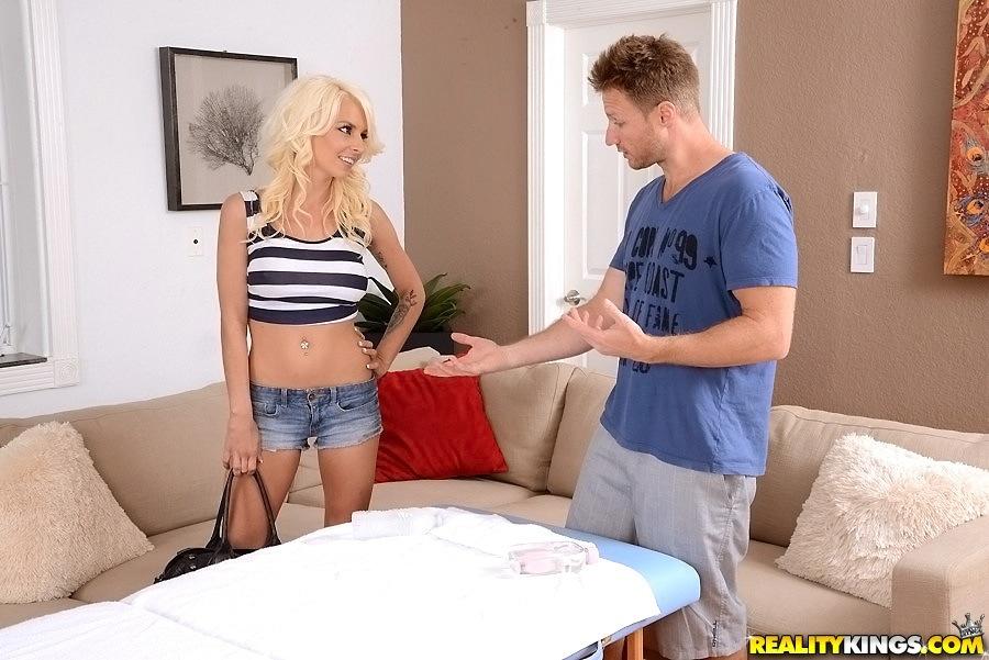 Голая блондинка в масле делает глубокий отсос массажисту 1 фото