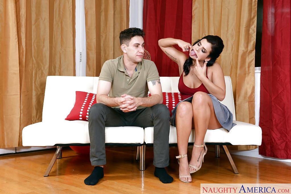 Брюнетка на каблуках сосет член другу на белом диване 1 фото