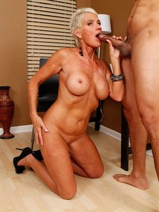 Зрелка Lexy Cougar сделала парню минет и он кончил ей на сиськи