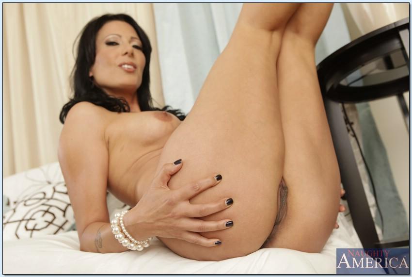 Горячая мамка трогает свою киску лёжа на белом диване 7 фото