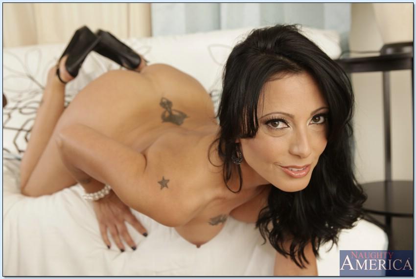 Горячая мамка трогает свою киску лёжа на белом диване 9 фото