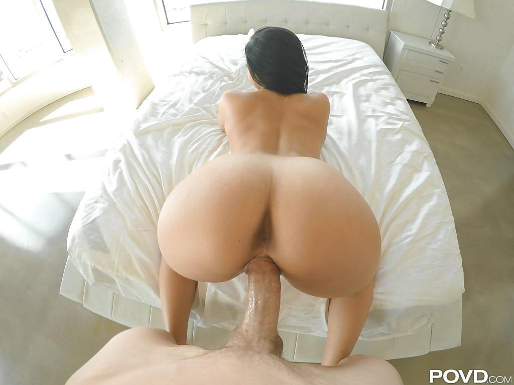 Метиска седлает большой пенис и делает минет от первого лица 3 фото