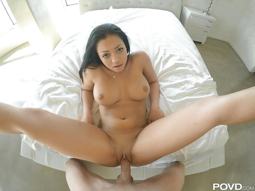 Метиска седлает большой пенис и делает минет от первого лица 8 фото