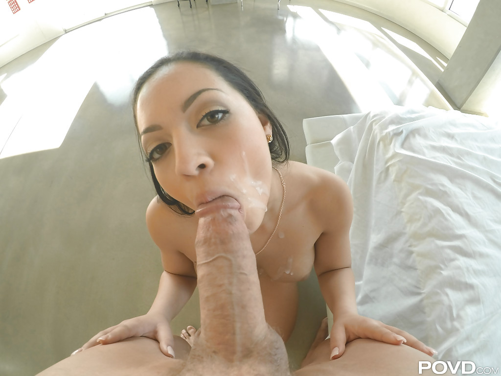 Метиска седлает большой пенис и делает минет от первого лица 14 фото