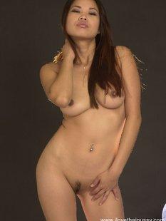 Стервозная азиатка с пухлыми губами сняла нижнее белье на камеру