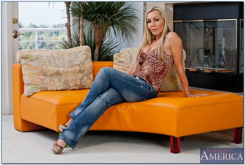 Голая мамка на каблуках встала раком на кожаном диване 1 фото