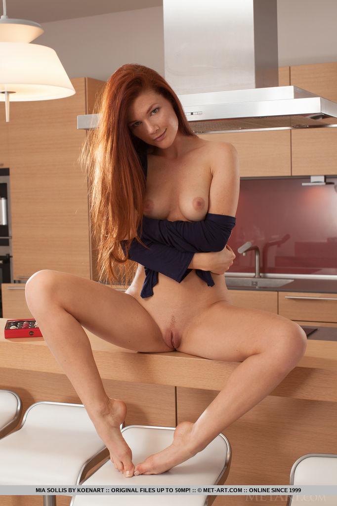 Рыжая красотка медленно снимает с себя белье на кухне 15 фото