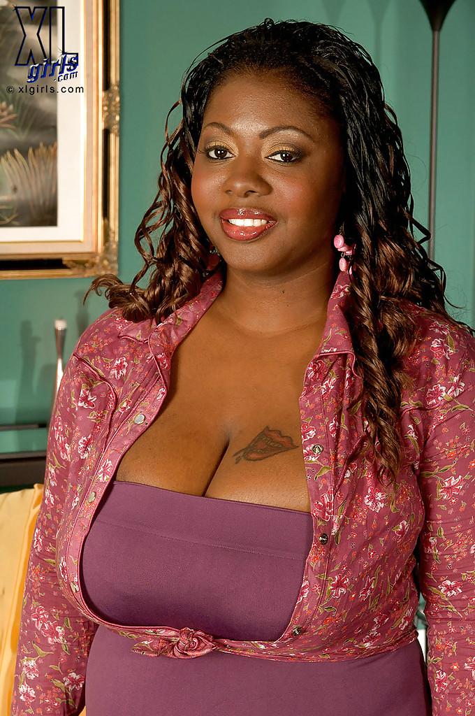 Толстая негритянка Lovely Libra достала из лифчика большие дойки 2 фото