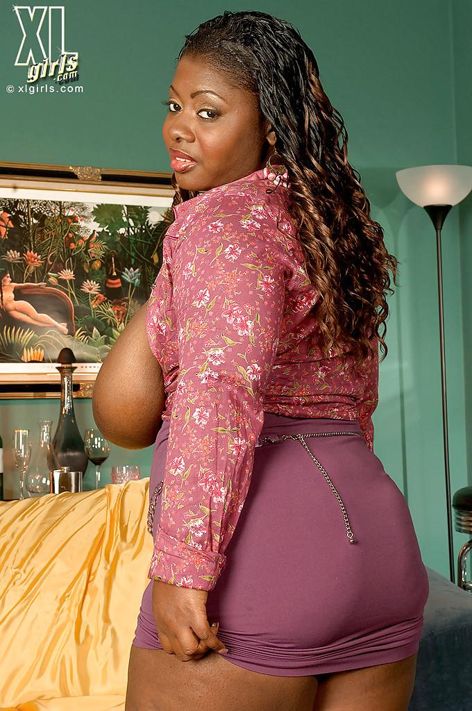 Толстая негритянка Lovely Libra достала из лифчика большие дойки 13 фото