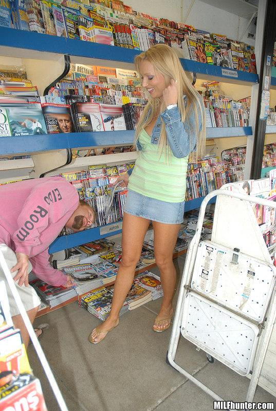 Горячая блондинка трахает парня у себя дома на бордовых простынях 3 фото